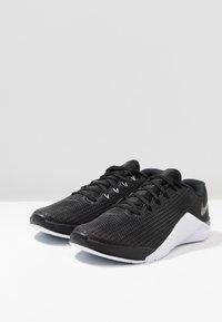 Nike Performance - METCON 5 - Sports shoes - black/white/wolf grey - 2