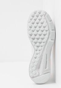 Nike Performance - QUEST 2 - Zapatillas de running neutras - white/vast grey/lava glow - 4