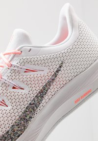 Nike Performance - QUEST 2 - Zapatillas de running neutras - white/vast grey/lava glow - 5