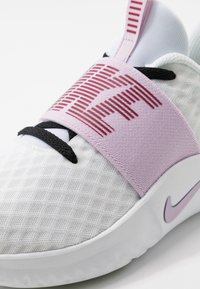 Nike Performance - RENEW IN-SEASON TR 9 - Sportovní boty - white/iced lilac/black/noble red/pistachio frost - 5