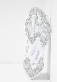 Nike Performance - ZOOM GRAVITY - Neutral running shoes - platinum tint/metallic silver/white/pure platinum - 4