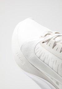 Nike Performance - ZOOM GRAVITY - Neutral running shoes - platinum tint/metallic silver/white/pure platinum - 5
