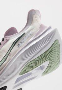 Nike Performance - ZOOM GRAVITY - Juoksukenkä/neutraalit - white/pistachio frost/iced lilac/black - 5