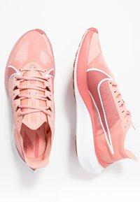 Nike Performance - ZOOM GRAVITY - Scarpe running neutre - pink quartz/metallic red bronze/light redwood/white - 1