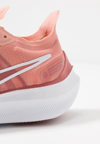 Nike Performance - ZOOM GRAVITY - Scarpe running neutre - pink quartz/metallic red bronze/light redwood/white - 5