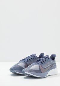 Nike Performance - ZOOM GRAVITY - Hardloopschoenen neutraal - amethyst tint/clear/sanded purple - 2
