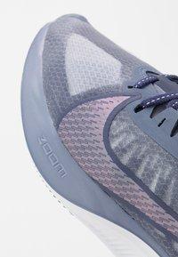 Nike Performance - ZOOM GRAVITY - Hardloopschoenen neutraal - amethyst tint/clear/sanded purple - 5