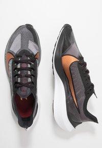 Nike Performance - ZOOM GRAVITY - Zapatillas de running neutras - black/metallic copper/burgundy ash - 1