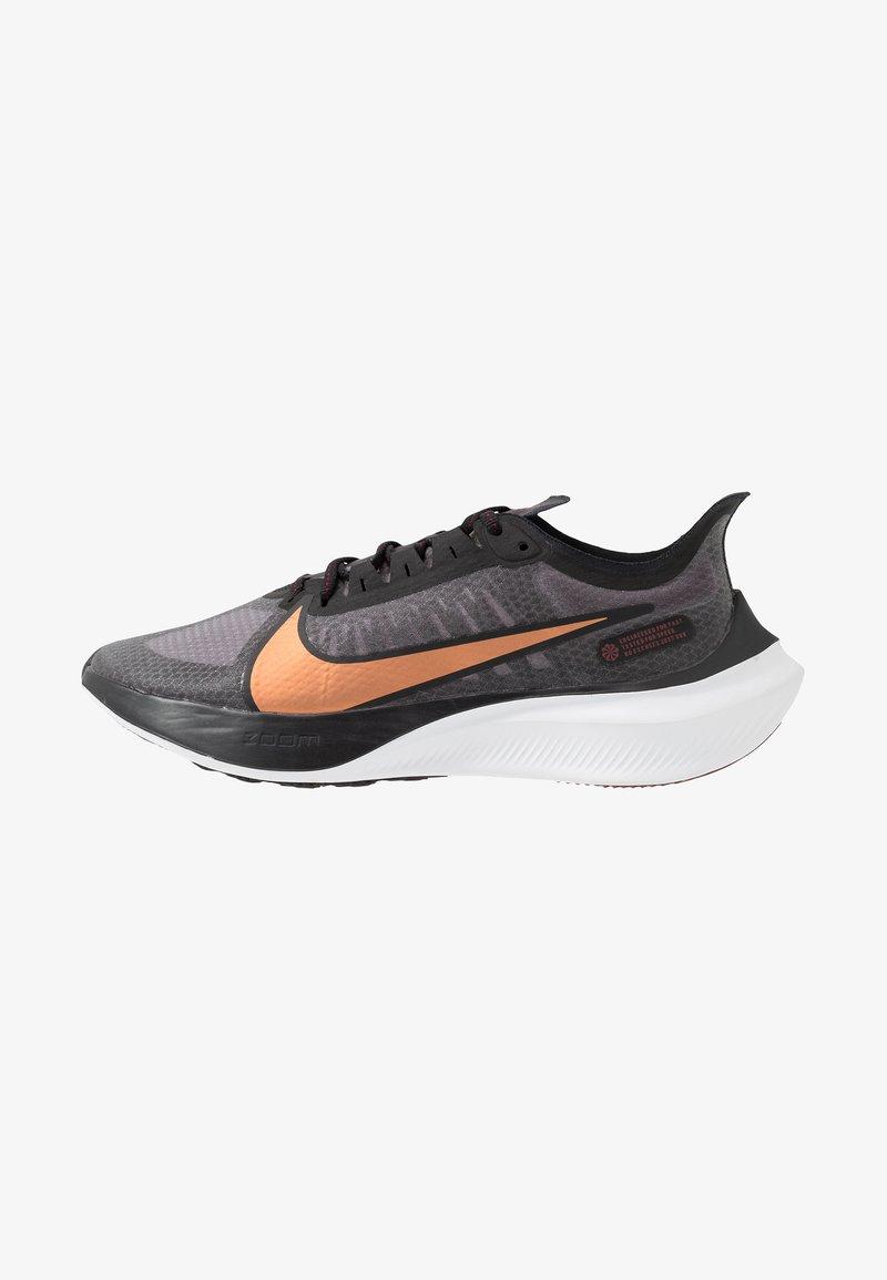 Nike Performance - ZOOM GRAVITY - Zapatillas de running neutras - black/metallic copper/burgundy ash