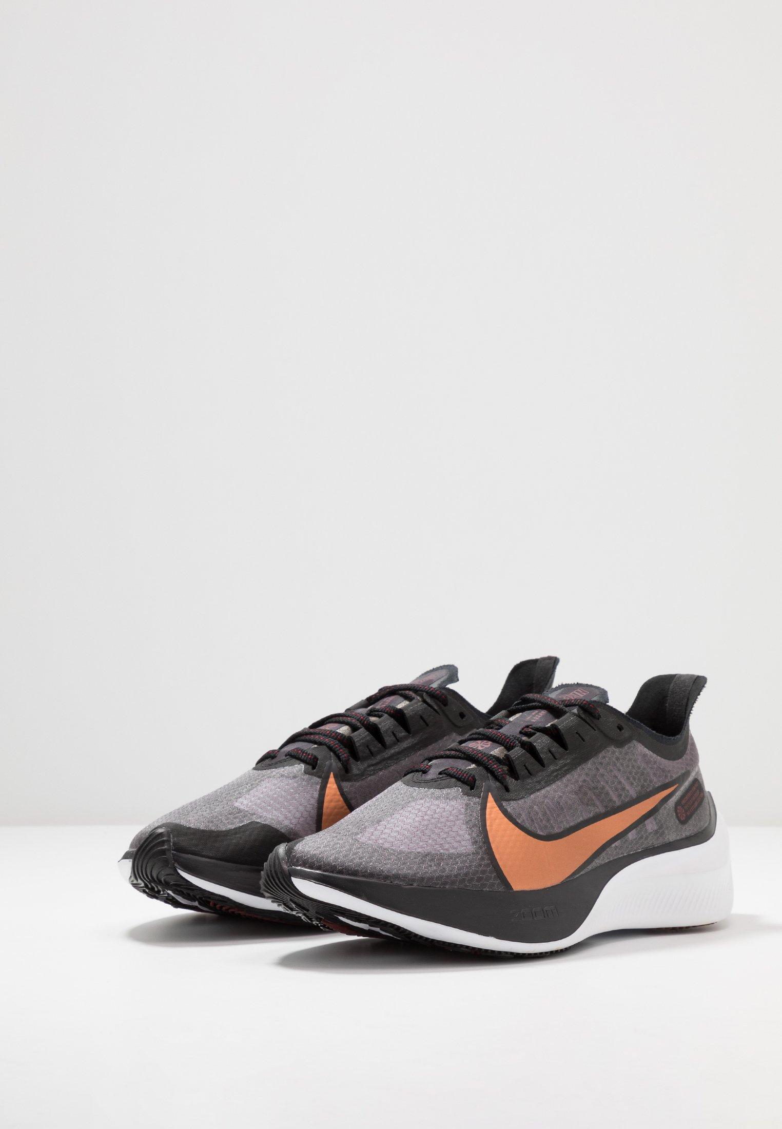 Nike Performance ZOOM GRAVITY - Laufschuh Neutral - black/metallic copper/burgundy ash - Black Friday