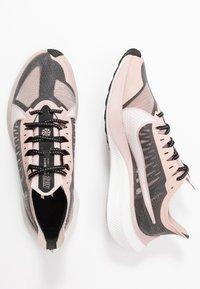 Nike Performance - ZOOM GRAVITY - Obuwie do biegania treningowe - black/platinum tint/stone mauve/metallicred bronze/smokey mauve - 1
