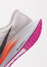 Nike Performance - ZOOM PEGASUS TURBO 2 - Obuwie do biegania treningowe - vast grey/smoke grey/white/fire pink/team orange/magic ember - 6