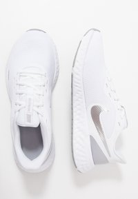 Nike Performance - REVOLUTION 5 - Juoksukenkä/neutraalit - white/wolf grey/pure platinum - 1