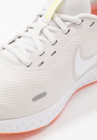 Nike Performance - REVOLUTION 5 - Obuwie do biegania treningowe - platinum tint/white/pink blast/total orange/lemon - 5