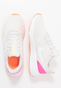 Nike Performance - REVOLUTION 5 - Obuwie do biegania treningowe - platinum tint/white/pink blast/total orange/lemon - 1