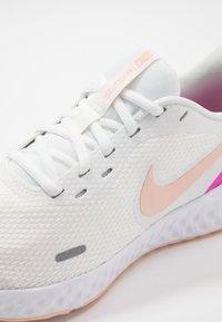 Nike Performance - REVOLUTION 5 - Obuwie do biegania treningowe - summit white/washed coral/fire pink - 5
