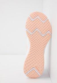 Nike Performance - REVOLUTION 5 - Obuwie do biegania treningowe - summit white/washed coral/fire pink - 4
