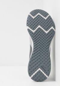 Nike Performance - REVOLUTION 5 - Obuwie do biegania treningowe - wolf grey/metallic cool grey/cool grey - 4