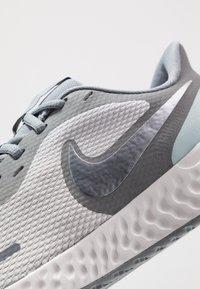 Nike Performance - REVOLUTION 5 - Obuwie do biegania treningowe - wolf grey/metallic cool grey/cool grey - 5
