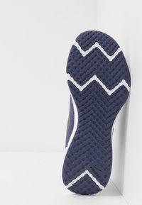Nike Performance - REVOLUTION 5 - Obuwie do biegania treningowe - sanded purple/dark grey/amethyst tint - 4