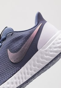 Nike Performance - REVOLUTION 5 - Obuwie do biegania treningowe - sanded purple/dark grey/amethyst tint - 5