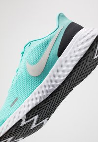 Nike Performance - REVOLUTION 5 - Obuwie do biegania treningowe - aurora green/platinum tint/black - 5