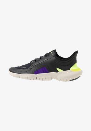 FREE RN SHIELD - Minimalist running shoes - black/metallic silver/voltage purple