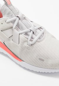 Nike Performance - RENEW ARENA - Neutrální běžecké boty - vast grey/summit white/lava glow - 5