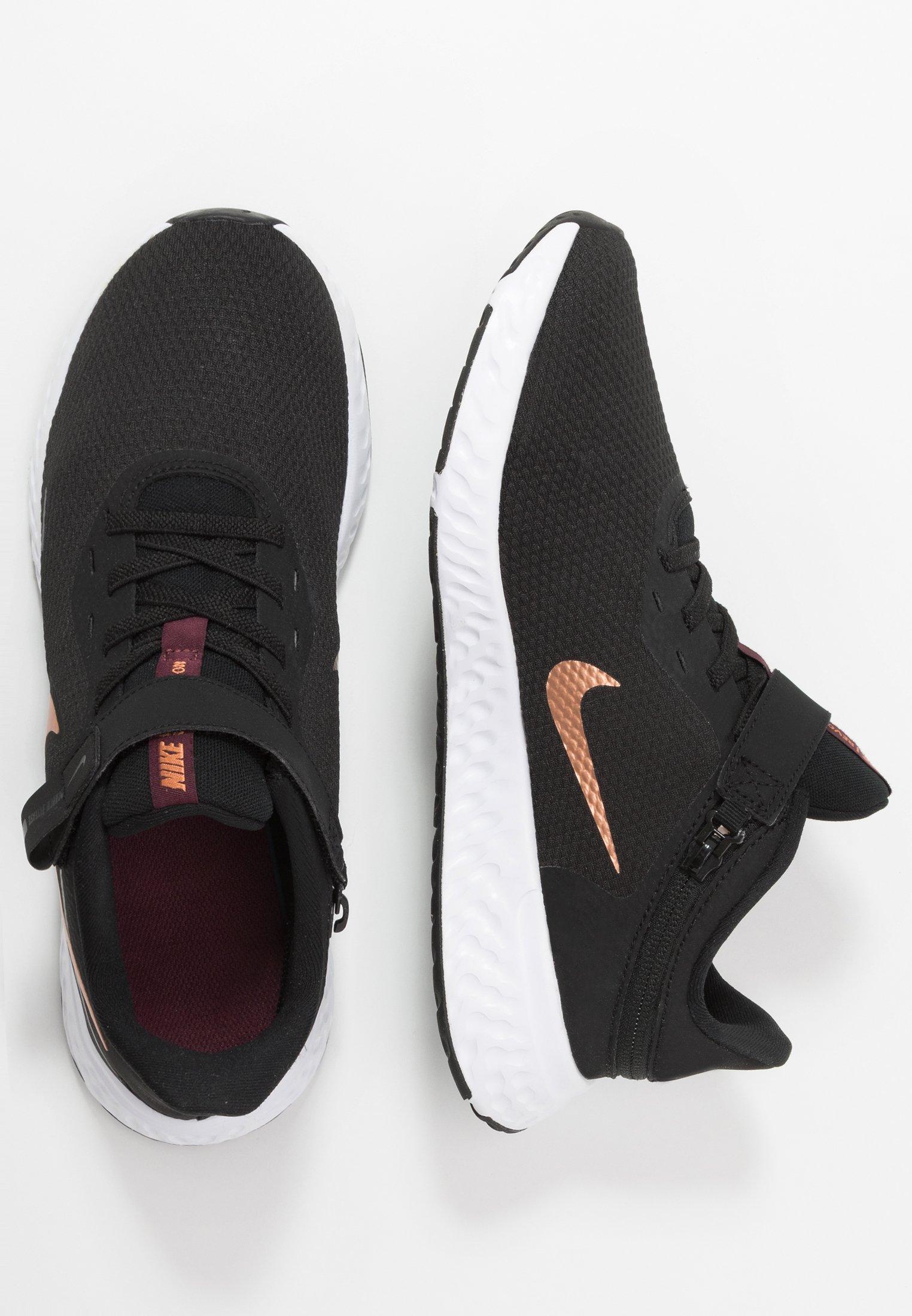 Nike Performance REVOLUTION 5 FLYEASE - Obuwie do biegania treningowe - black/metallic copper/night maroon
