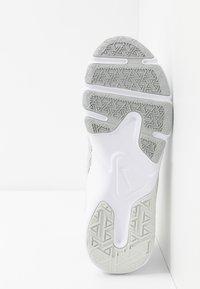 Nike Performance - LEGEND ESSENTIAL - Sportovní boty - photon dust/particle grey/light smoke grey - 4