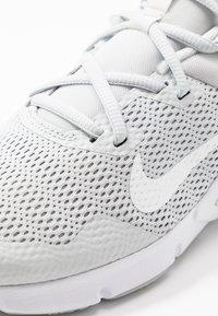 Nike Performance - LEGEND ESSENTIAL - Sportovní boty - photon dust/particle grey/light smoke grey - 5