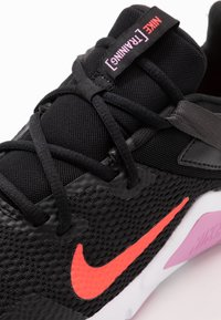 Nike Performance - LEGEND ESSENTIAL - Sportovní boty - black/flash crimson/beyond pink - 5