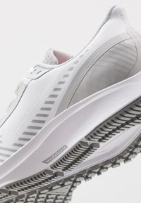 Nike Performance - AIR ZOOM PEGASUS 36 SHIELD - Zapatillas de running neutras - white/photon dust/laser crimson - 5