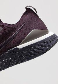 Nike Performance - EPIC REACT FLYKNIT 2 SE - Hardloopschoenen neutraal - burgundy ash/brown - 5