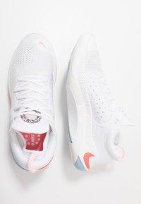 Nike Performance - JOYRIDE RUN - Neutrální běžecké boty - white/lava glow/platinum tint - 1