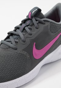 Nike Performance - FLEX EXPERIENCE RN  - Zapatillas de competición - iron grey/fire pink/smoke grey - 5