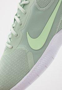 Nike Performance - FLEX EXPERIENCE RN  - Obuwie do biegania startowe - pistachio frost/cerulean/spruce aura - 5