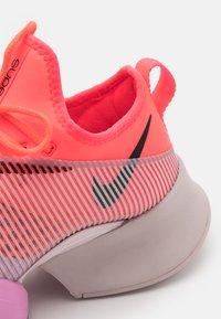 Nike Performance - AIR ZOOM SUPERREP - Treningssko - flash crimson/black/beyond pink - 5