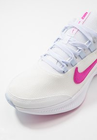 Nike Performance - RUNALLDAY 2 - Obuwie do biegania treningowe - summit white/fire pink/hydrogen blue - 5