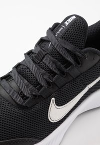 Nike Performance - RUNALLDAY 2 - Obuwie do biegania treningowe - black/white/iron grey - 5