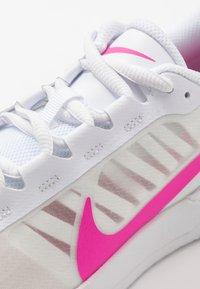 Nike Performance - COURT AIR MAX VAPOR WING - Tennisschoenen voor alle ondergronden - white/laser fuchsia - 5
