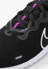 Nike Performance - RENEW RIDE  - Obuwie do biegania treningowe - black/white/fire pink/anthracite - 5
