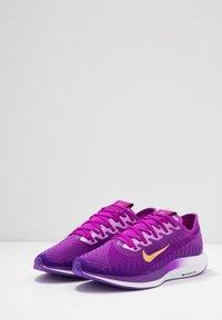 Nike Performance - ZOOM PEGASUS TURBO 2 SE - Zapatillas de running neutras - vivid purple/voltage purple/saffron quartz/black/metallic gold coin - 2