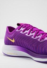 Nike Performance - ZOOM PEGASUS TURBO 2 SE - Zapatillas de running neutras - vivid purple/voltage purple/saffron quartz/black/metallic gold coin - 5