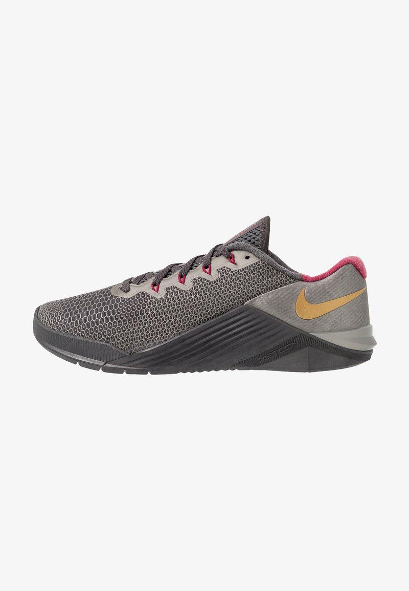 Nike Performance - METCON 5 PRM - Sportschoenen - thunder grey/metallic gold/noble red/metallic pewter/metallic dark grey