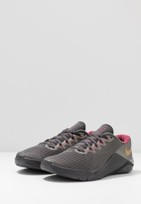 Nike Performance - METCON 5 PRM - Sportschoenen - thunder grey/metallic gold/noble red/metallic pewter/metallic dark grey - 2