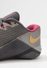 Nike Performance - METCON 5 PRM - Sportschoenen - thunder grey/metallic gold/noble red/metallic pewter/metallic dark grey - 6