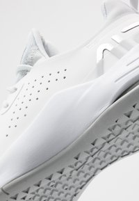 Nike Performance - AIR MAX BELLA TR 3 - Obuwie do biegania treningowe - pure platinum/metallic silver/summit white/white - 5