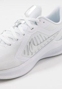 Nike Performance - DOWNSHIFTER 10 - Juoksukenkä/neutraalit - white/metallic silver/pure platinum - 5
