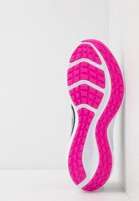 Nike Performance - DOWNSHIFTER 10 - Obuwie do biegania treningowe - black/metallic silver/fire pink - 4